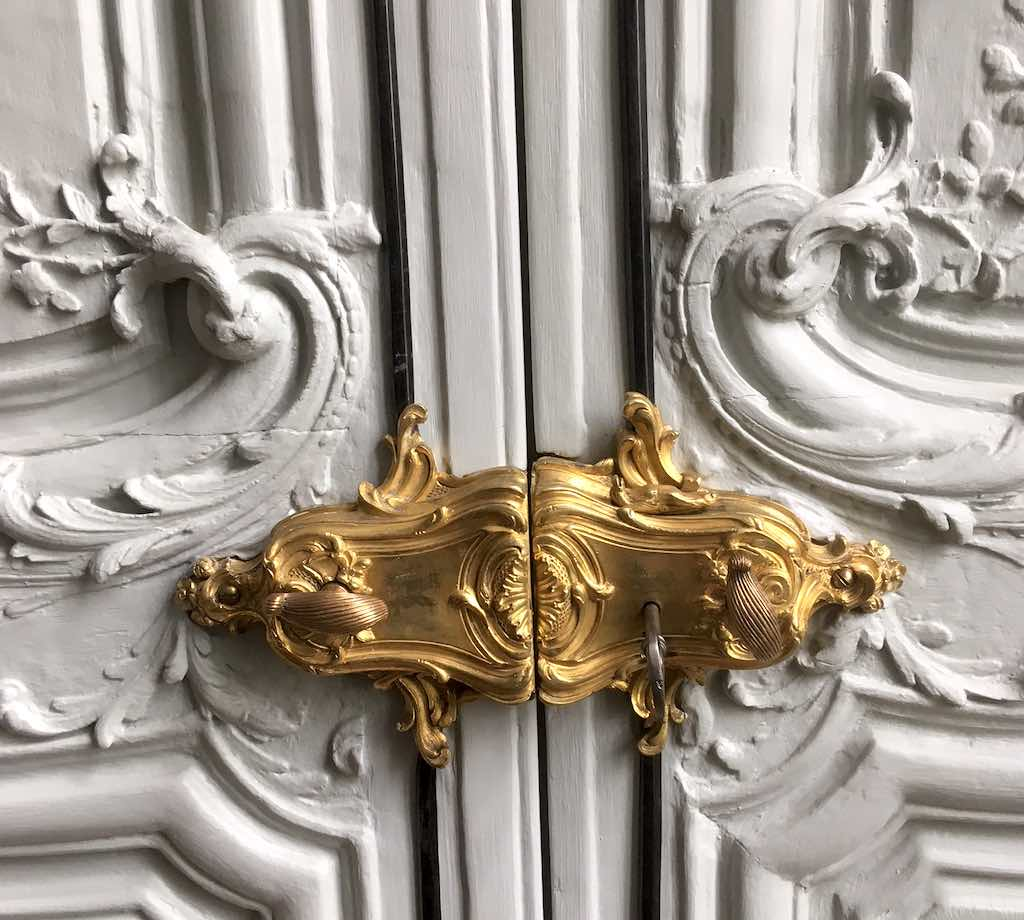Grand salon détail serrure porte.jpg